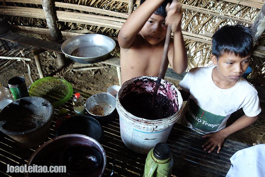 Preparando mingau de açaí com ingredientes naturais