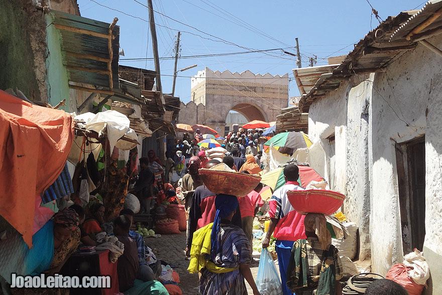 A cidade histórica muralhada de Harar, durante o dia