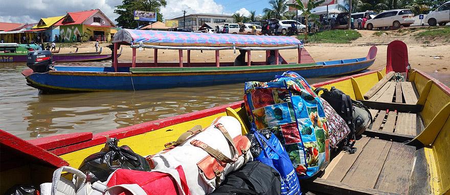 Lancha do Suriname para a Guiana Francesa