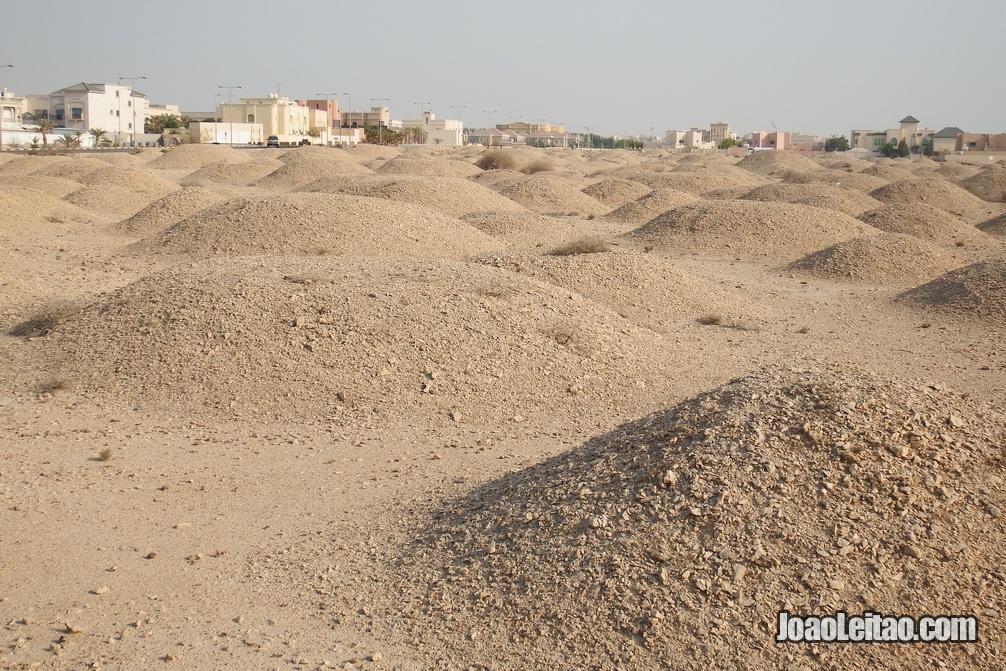 Centenas de mamoas ou tumulis milenares na aldeia de A'ali no Barém