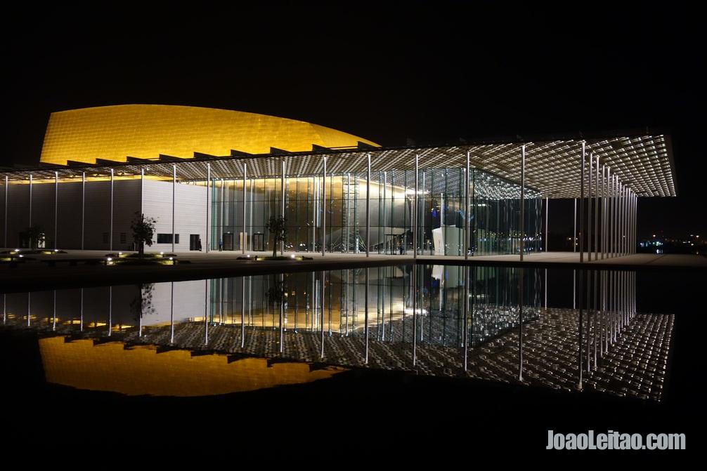 Lindo efeito espelho do Teatro Nacional do Bahrein