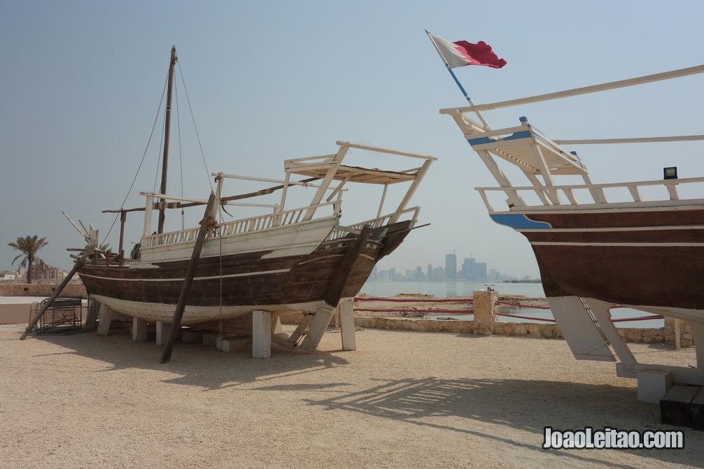 Dois barcos dhow perto do Forte Arad no Barém