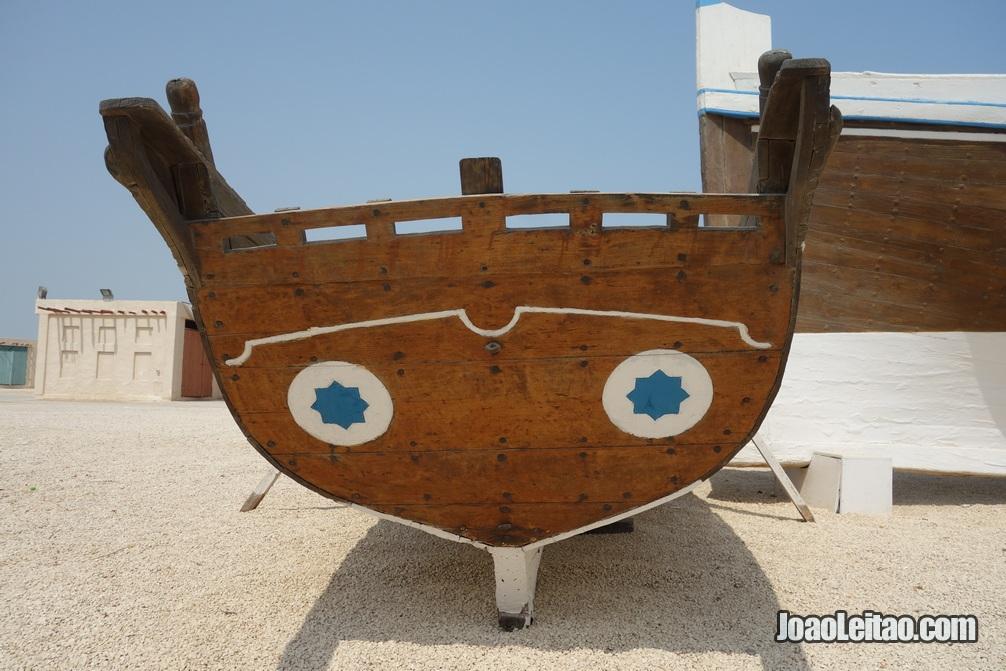 Barco tradicional bareinita perto do Forte de Arad
