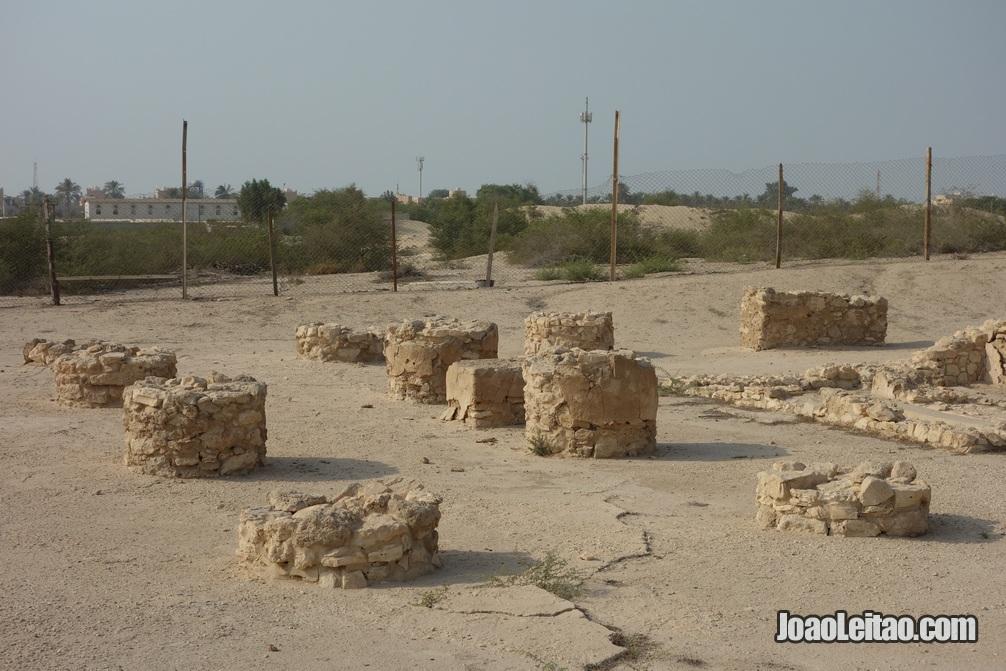 Colunas cilíndricas do Templo de Diraz que datam de 3000 aC