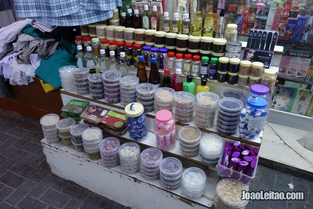 Produtos de beleza à venda no mercado Manama Souq