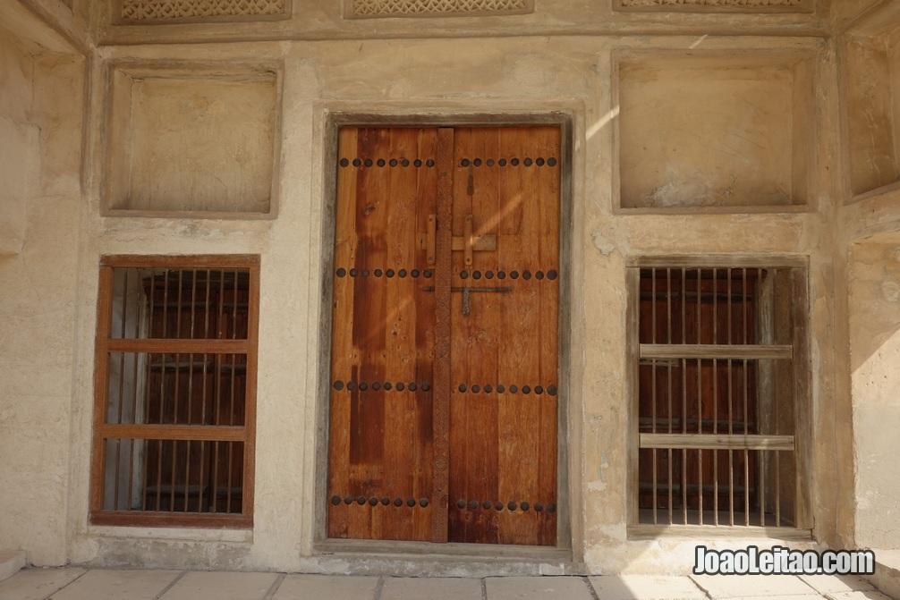 Porta de madeira na casa do Shaikh Salman em Murharraq no Barein