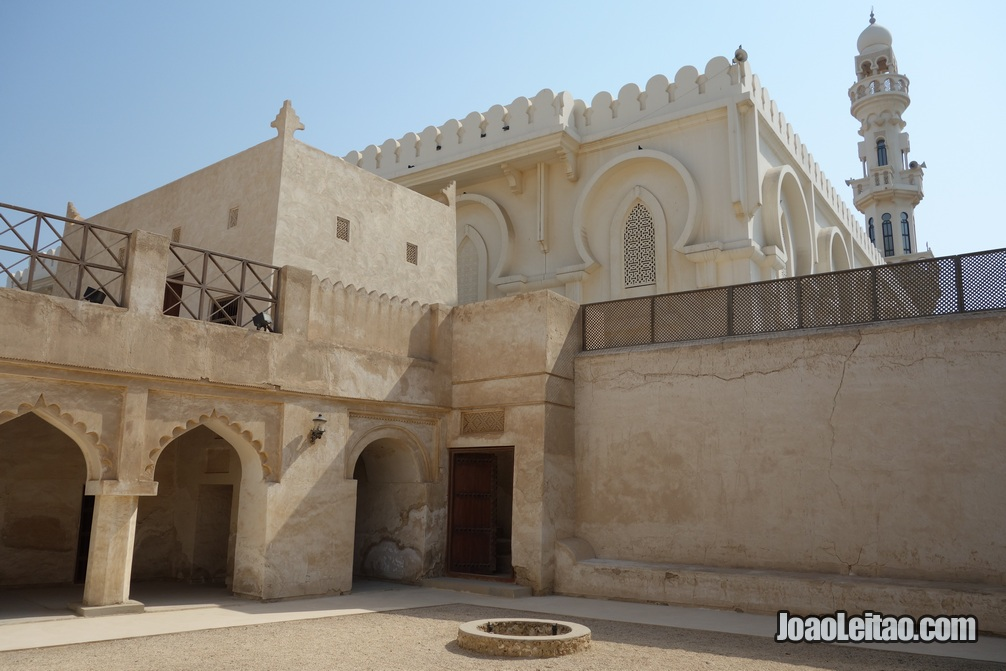 Vista da interior da casa e mesquita Shaikh Isa Bin Ali em Murharraq
