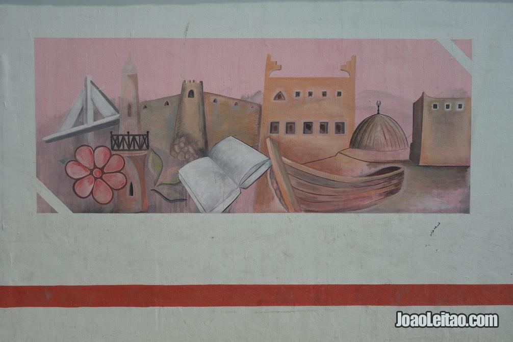 Mural pintado co motivos da vida tradicional do Barein