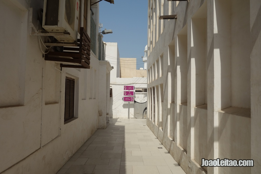 Rua na zona história da Indústria perlífera do Bahrein