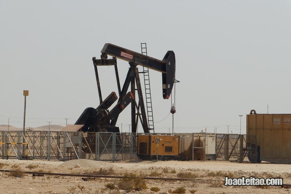 Poço de petróleo no Bahrein perto do Monte Dukhan