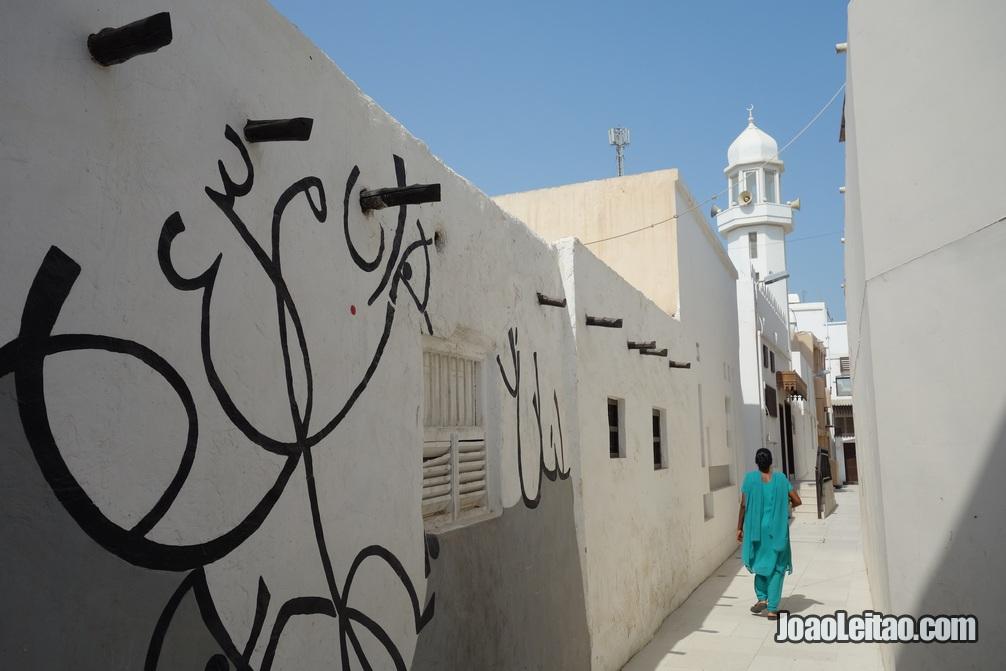 Rua com muros pintados na ilha de Murharraq no Barém