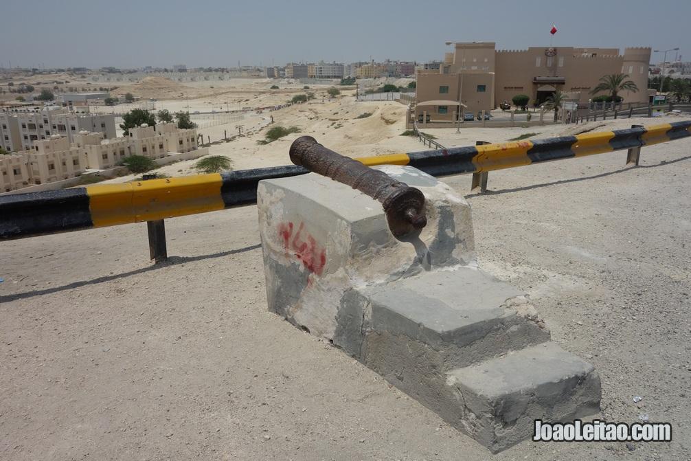 Canhão perto do Museum Militar do Bahrein