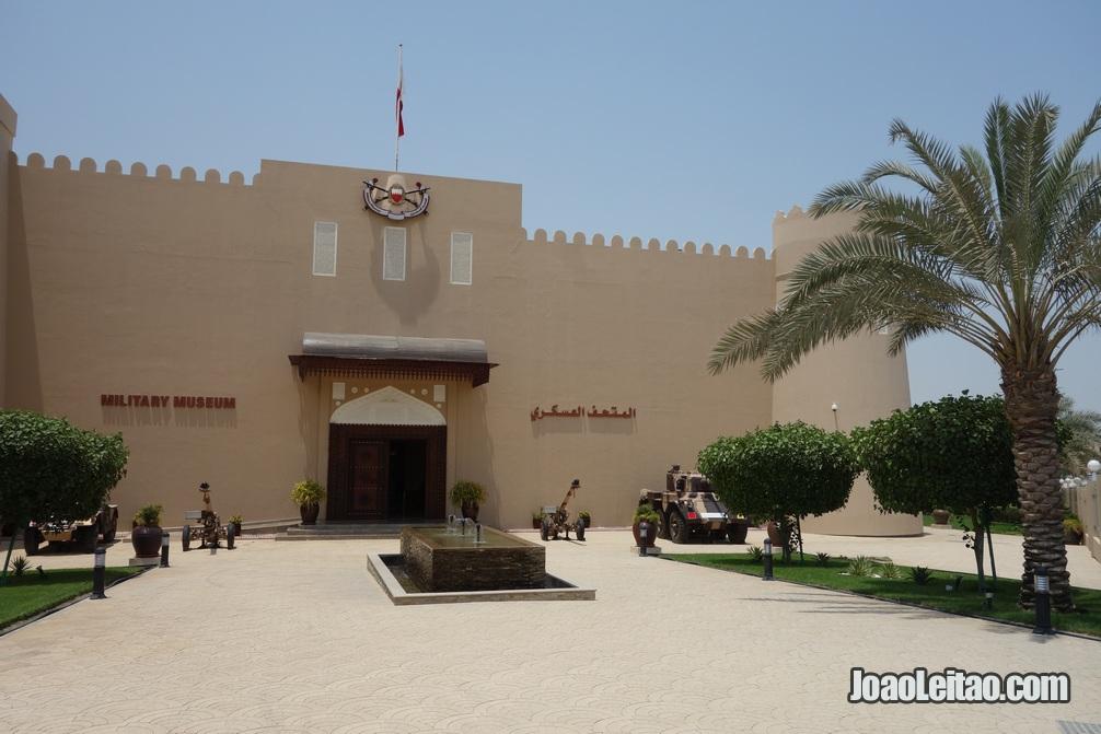 Exterior do museu militar no Bahrein