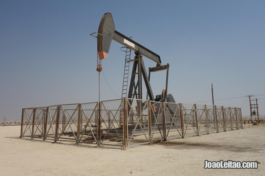 Bomba cabeça de cavalo num poço de petróleo do Bahrein