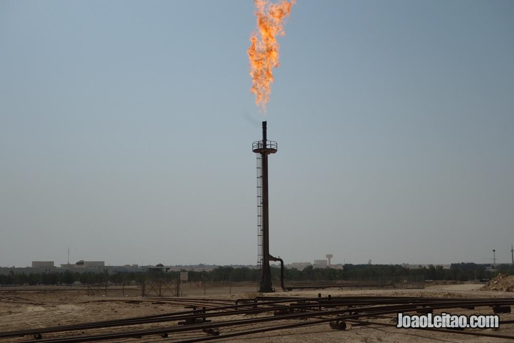 Chama queimando gás nos poços de petróleo do Bahrein