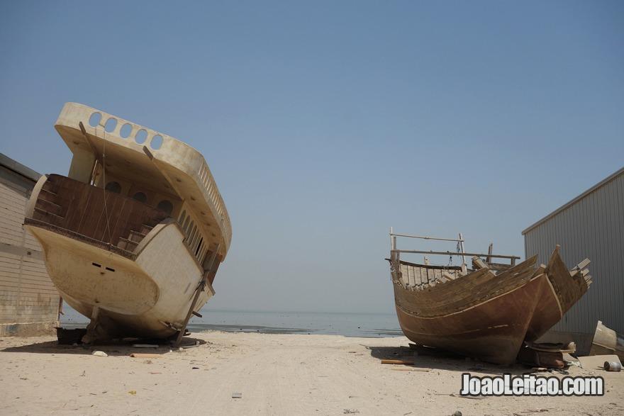 Barcos na aldeia de Doha no Kuwait