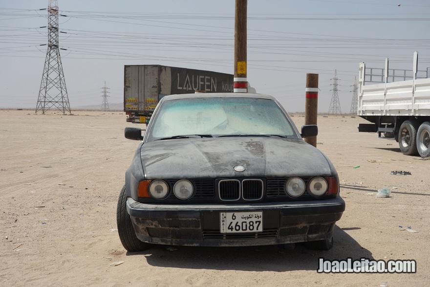 Carro abandonado na fronteira do Iraque