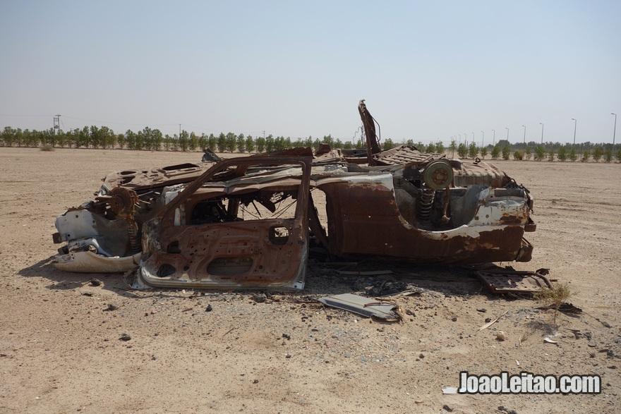 Carro bombardeado na Autoestrada da Morte - Autoestrada 80 (rodovia) no Kuwait