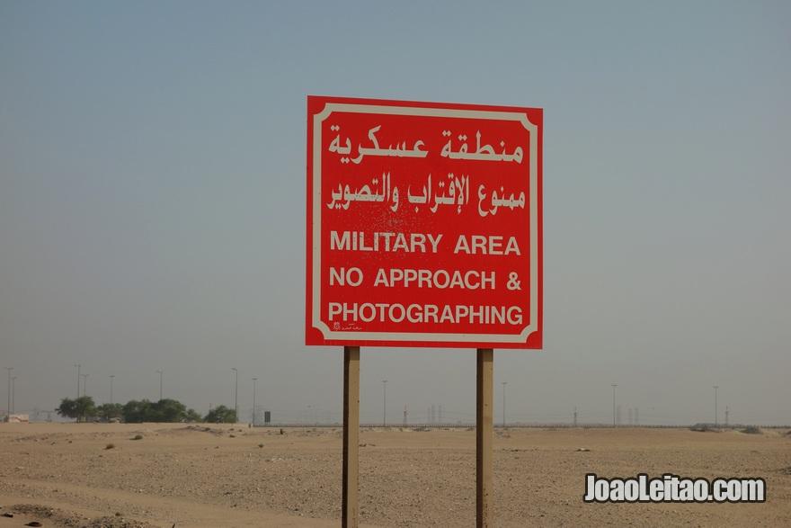 Placa de área militar e proibição de tirar fotografias