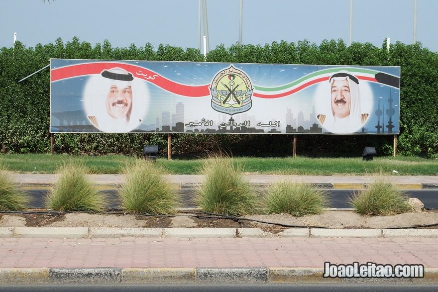 Placa comemorativa de autoridades do Kuwait
