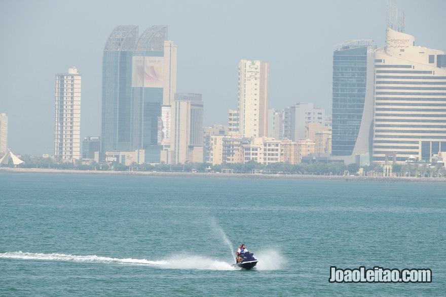 Jetski na praia da Cidade do Kuwait