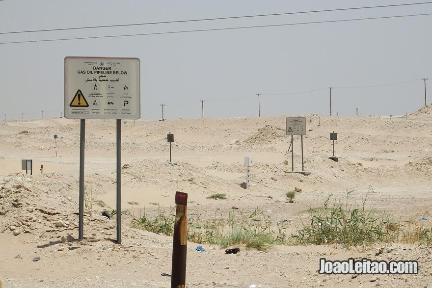 Campo de gás com pipeline no deserto