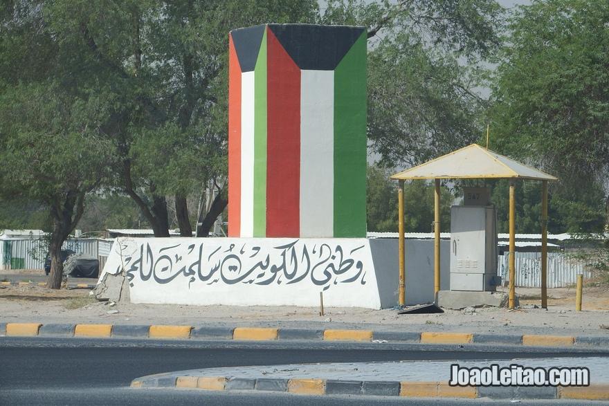 Rua com bandeira do Kuwait