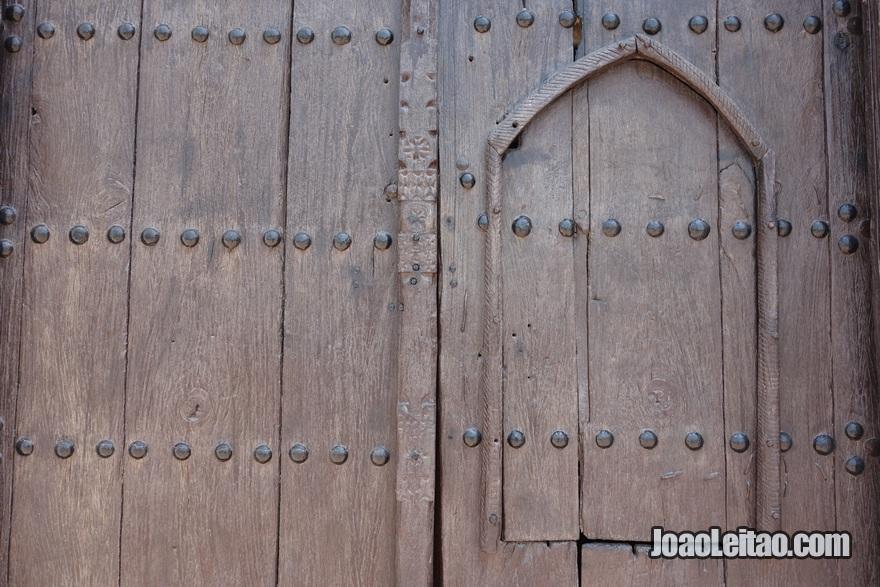 Antiga porta de madeira no Kuwait