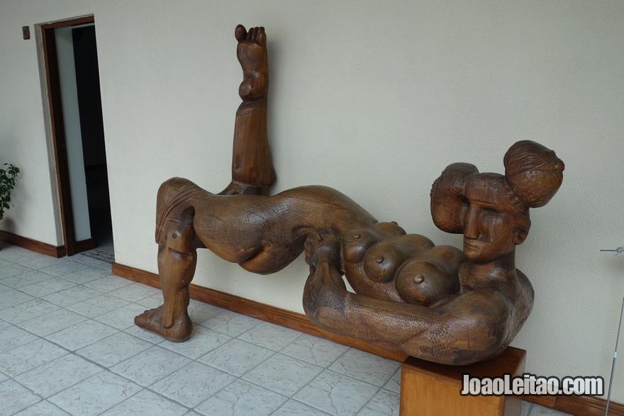 Escultura de Sami Mohammad no Museu de Arte Moderna no Kuwait