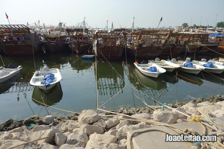 Porto de pesca da cidade do Kuwait com barcos dhow