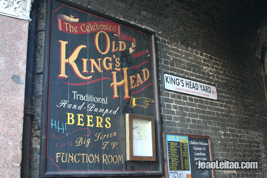 Entrada para o tradicional pub inglês Old Queen's Head na Essex Road em Londres