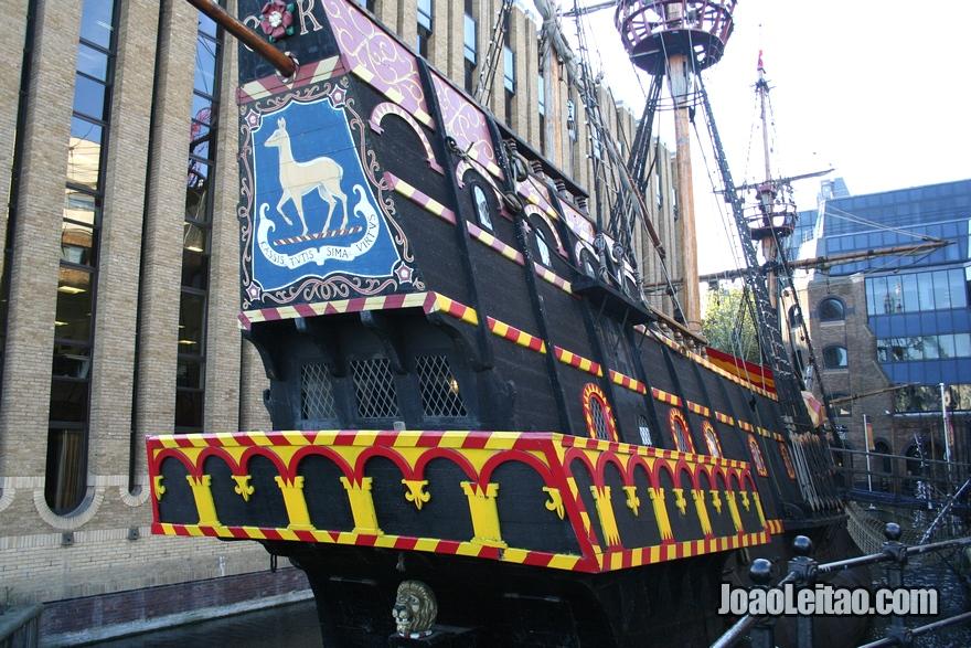 Réplica do barco Golden Hind atracado na doca St Mary Overie em Londres