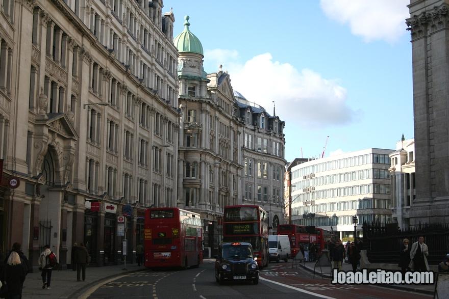 Rua St Paul's Churchyard em Londres