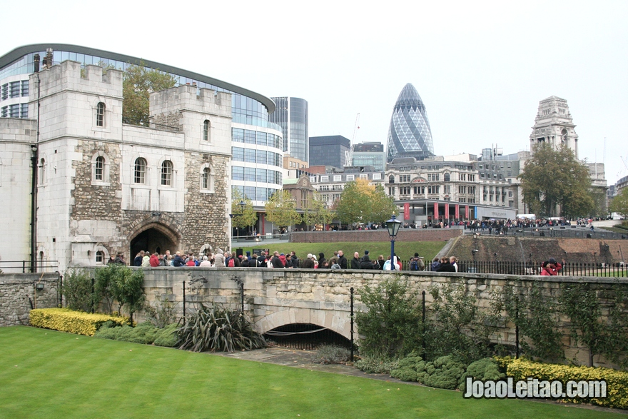 Entrada da Torre de Londres com o arranha-céus 30 St Mary Axe no fundo
