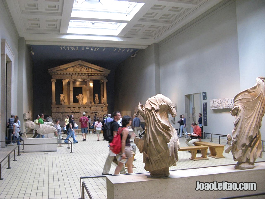 Fachada do Monumento das Nereidas no British Museum