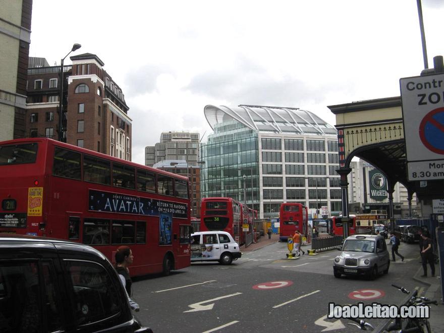 Zona da Estação de comboios (trem) Victoria e do Apollo Victoria Theatre em Londres
