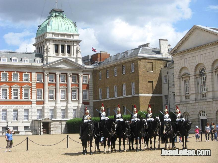 Guarda Real montanha num show na Horse Guards Parade em Londres