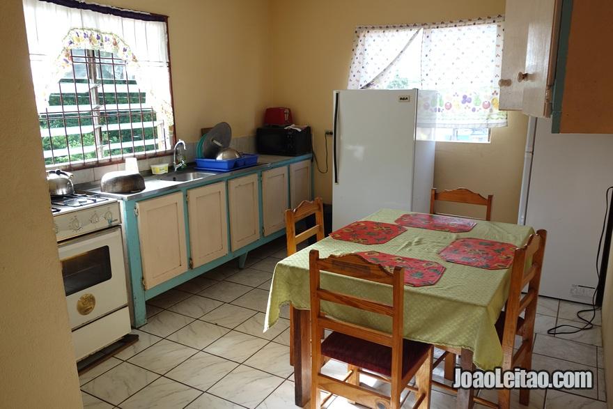 Cozinha da Guest House Stewart's em Pigeon Point, Tobago