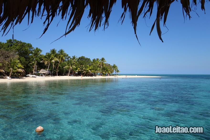 Vista da praia do Hotel Leleuvia Island Resort nas Ilhas Fiji