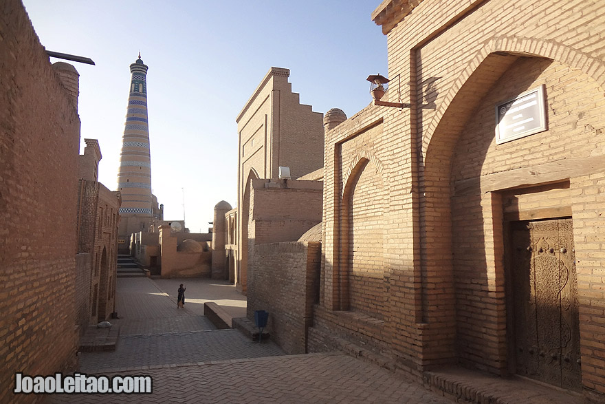 Madressa Islom Khodja e minarete em Khiv
