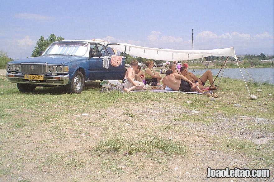 Pessoas a desfrutar o Lago Orom