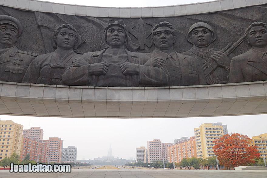 A cidade de Pyongyang tem centenas de monumentos e memoriais em murais. Foto do monumento do Partido dos Trabalhadores.