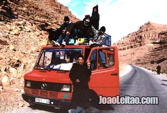 Eu em cima de uma carrinha nas Montanhas do Atlas