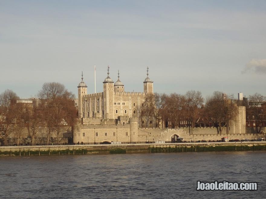 Torre de Londres vista do outro lado do rio Tamisa