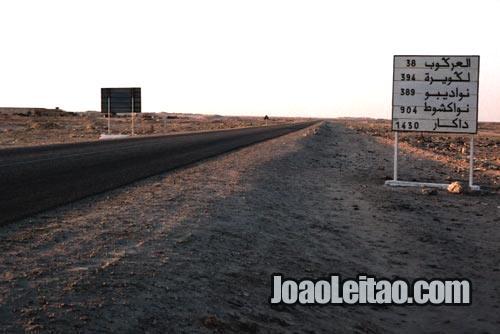Placa de estrada no KM 40 antes de Dakhla em Marrocos