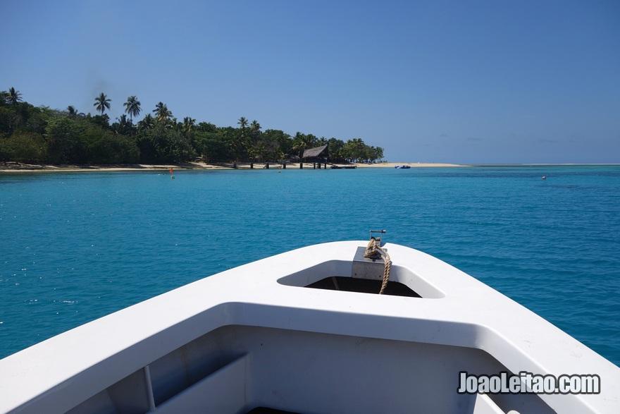 Chegar à Ilha Leleuvia de barco