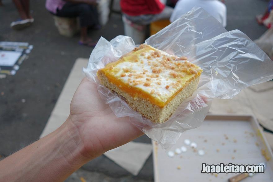 Comer os vários bolos caseiros à vendas nas ruas de Suva e Nadi