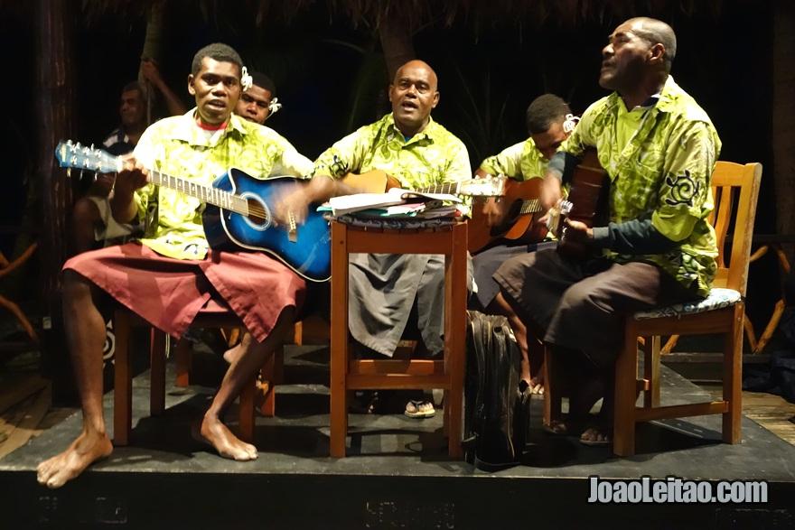 Concerto de música tradicional fijiana em Leleuvia