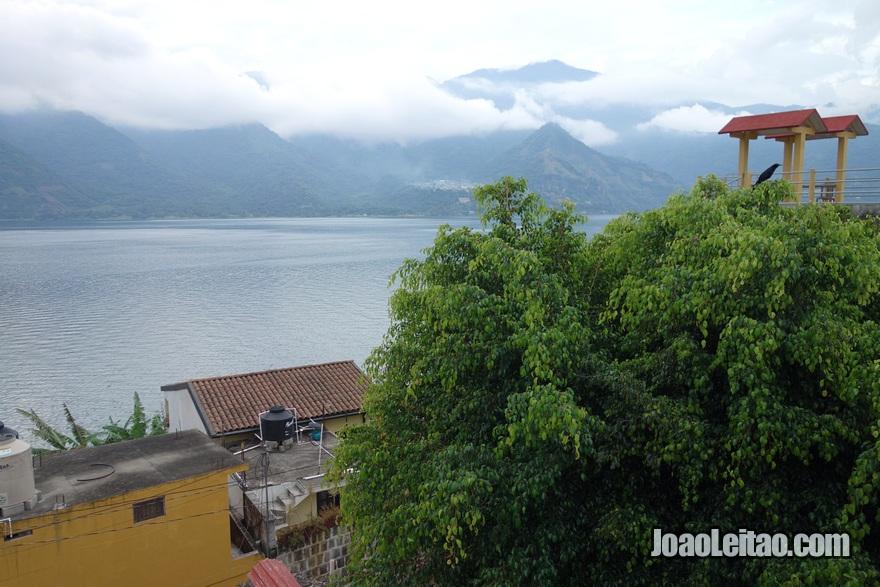 Vista do lago desde o Hotel San Antonio em San Pedro la Laguna na Guatemala