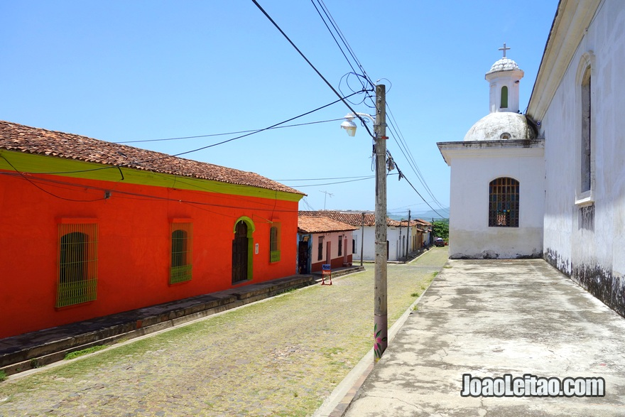 Vista da rua ao lado da Igreja de Santa Lúcia de Suchitoto